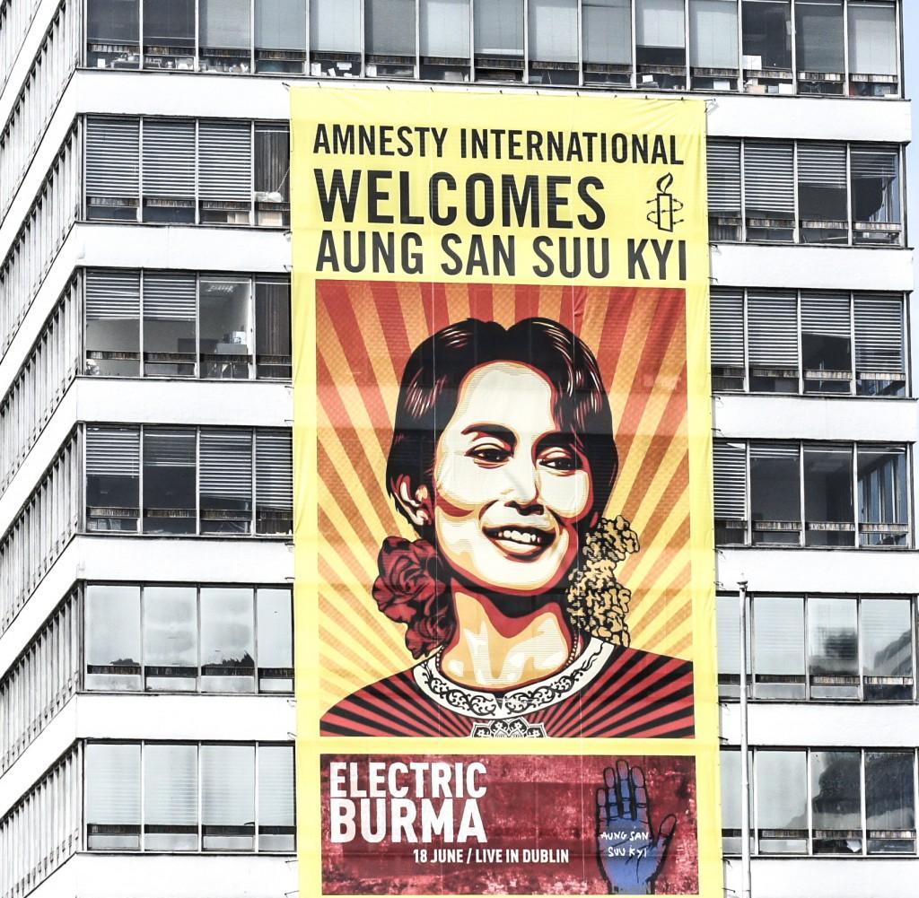 Cartel de apoyo a Suu Yi de Amnistía Internacional en su liberación
