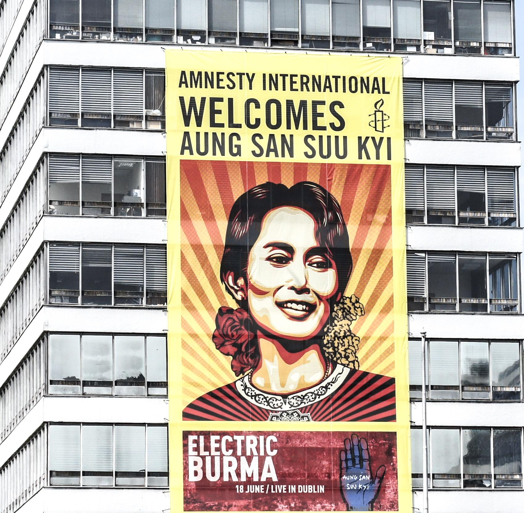 Cartel de apoyo a Suu Yi de Amnistía Internacional