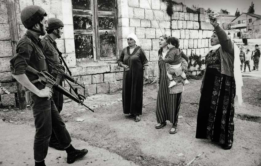 Mujeres palestinas protestan en 1988 en la Franja de Gaza por el arresto de niños que han lanzado piedras a soldados israelíes. Por cromacom.