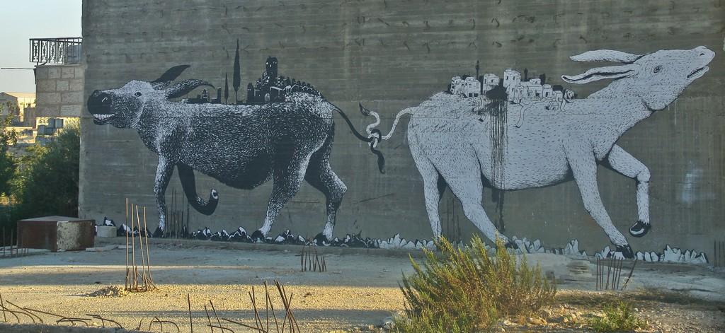 Un mural simbólico realizado por los grafiteros Erica Il Cane (Italia) y Sam 3 (España), en un edificio en Belén (Cisjordania). cc Jonas Hansel